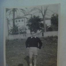 Fotografía antigua: FOTO DE NIÑO POSANDO Y SOMBRA DEL FOTOGRAFO. SEVILLA , 1956. Lote 295634333