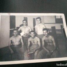 Fotografia antica: FOTO HOMBRES JÓVENES PECHO DESNUDO 1959. RECONOCIMIENTO MEDICO. Lote 295784513