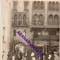 Fotografía antigua: SEMANA SANTA SEVILLA, 1957, PRIMERA SALIDA HERMANDAD DE LOS JAVIERES,72X102MM. Lote 297022283