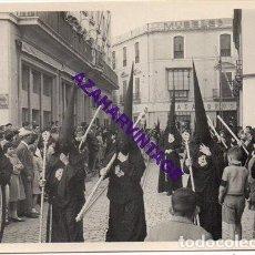 Fotografía antigua: SEMANA SANTA SEVILLA, AÑOS 60, NAZARENOS HERMANDAD DE SANTA MARTA, 72X102MM. Lote 297022943