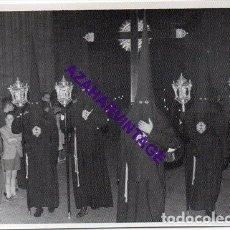 Fotografía antigua: SEMANA SANTA SEVILLA, AÑOS 60, NAZARENOS HERMANDAD DE SANTA MARTA, 72X102MM. Lote 297023093