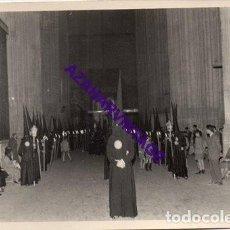 Fotografía antigua: SEMANA SANTA SEVILLA, 1957, NAZARENOS HERMANDAD DE LOS JAVIERES, 72X102MM. Lote 297023263