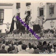 Fotografía antigua: SEMANA SANTA SEVILLA, AÑOS 60, MISTERIO HERMANDAD DE SANTA MARTA, 72X102MM. Lote 297023403