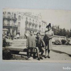 Fotografía antigua: MUCHACHO VESTIDO DE FALANGISTA 1944 .. Lote 297023778