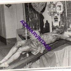 Fotografía antigua: SEMANA SANTA SEVILLA, AÑOS 60, BESAPIE CRISTO DE LAS MISERICORDIAS, SANTA CRUZ, 72X102MM. Lote 297026808