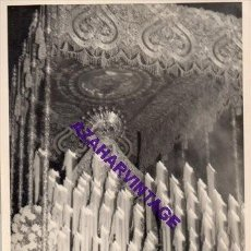 Fotografía antigua: SEMANA SANTA SEVILLA, AÑOS 60, LA VIRGEN DEL SOCORRO, EL AMOR, 72X102MM. Lote 297026918