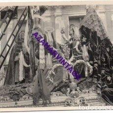 Fotografía antigua: SEMANA SANTA SEVILLA, AÑOS 60, MISTERIO HERMANDAD DE LA TRINIDAD, 72X102MM. Lote 297027308