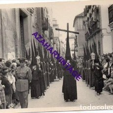 Fotografía antigua: SEMANA SANTA SEVILLA, 1957, PRIMERA SALIDA HERMANDAD DE LOS JAVIERES, 72X102MM. Lote 297027513
