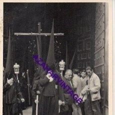 Fotografía antigua: SEMANA SANTA SEVILLA, 1957, PRIMERA SALIDA HERMANDAD DE LOS JAVIERES, 72X102MM. Lote 297027613