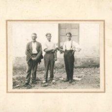 Fotografía antigua: FOTO DE LA ENTREGA DE UN TROFEO, PRINCIPIOS DE SIGLO XX. Lote 26397345
