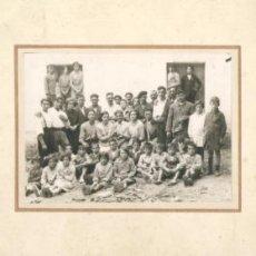 Fotografía antigua: FOTO DE GRUPO CON TROFEO. UN HOMBRE CON BOTELLA DE PONCHE SOTO EN LA CABEZA. ALCOHOLISMO. Lote 26397343