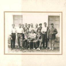 Fotografía antigua: FOTO DE GRUPO DE HOMBRES CON TROFEO. PRINCIPIOS DE SIGLO XX. Lote 26397344