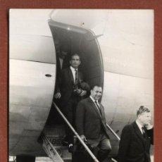 Fotografía antigua: PASAJERO DE IBERIA DESCENDIENDO DEL AVIÓN EN BILBAO. FOTO ANTONIO DÍAZ, BILBAO. 9 X 14 CMS.. Lote 24265186