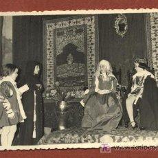 Fotografía antigua: REPRESENTACIÓN TEATRAL POR NIÑAS EN VIGO. FOTOGRAFÍA TOMÁS, 2/02/1959. 8,5 X 13,5 CMS. GALICIA. Lote 24288957
