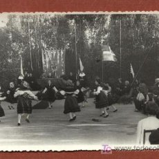 Fotografía antigua: GRUPO FOLCLÓRICO VIGO. FOTOGRAFÍA PRÍNCIPE, 26/06/1959. TRIBUNA CON OBISPO ? 8,5 X 13,5 CMS. GALICIA. Lote 24288971