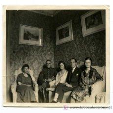 Fotografía antigua: INTERIOR DE CASA Y MILITAR. CINCO PERSONAS EN UN INTERIOR. CIRCA 1925. BCN. Lote 27072627