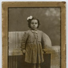 Fotografía antigua: RAPHAEL, FOTOGRAFO. BARCELONA. RETRATO DE NIÑA, IMPECABLE VESTIDO. CIRCA 1930.. Lote 26263059
