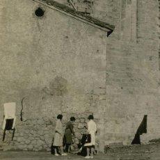 Fotografía antigua: BREDA. BARCELONA. CURIOSA ESCENA DE SEÑORITAS Y NIÑOS. ROPA TENDIDA AL SOL. 12/1932. Lote 23507943