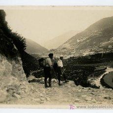 Fotografía antigua: PIRINEOS. DOS EXCURSIONISTAS OBSERVANDO EL VALLE. CIRCA 1925.. Lote 19840057