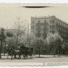 Fotografía antigua: CARROZA. CABALLOS EN PLENA CALLE. BARCELONA. CIRCA 1940. Lote 9044328
