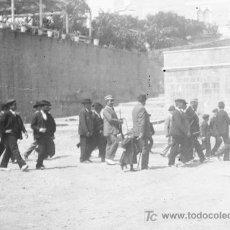 Fotografía antigua: BARCELONA. NEGATIVO. GRUPO DE HOMBRES ARMADOS ENTRANDO EN UNA IGLESIA. CIRCA 1905. Lote 22546302