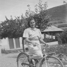 Fotografía antigua: BICICLETA. SEÑORITA CON BICICLETA. CIRCA 1940. LUGAR DESCONOCIDO. NEGATIVO. Lote 26625470