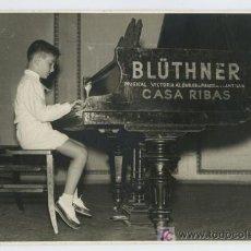 Fotografía antigua: PIANO BLÜTHNER. BONITA FOTOGRAFÍA DE NIÑO TOCANDO EL PIANO DE LA PRESTIGIOSA MARCA. AÑO 1960. Lote 20253668