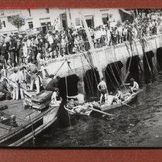Fotografía antigua: REFLOTAMIENTO DE UN VELERO HUNDIDO EN EL PUERTO DE SANTANDER (DOS FOTOS, MUY ANIMADAS). AÑOS 60. Lote 22835536