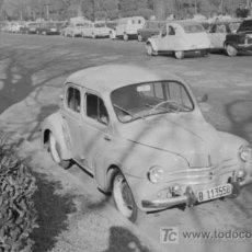 Fotografía antigua: COCHE APARCADO EN MONTJUÏC, BARCELONA. CIRCA 1960. NEGATIVO DE ACETATO.. Lote 20262932