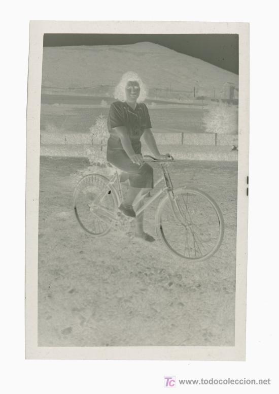 Fotografía antigua: SEÑORITA Y BICICLETA. Negativo de acetato. Bonita foto de ciclista. Circa 1945 - Foto 3 - 19911573