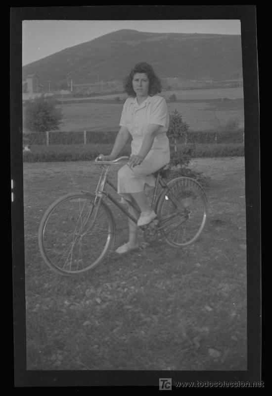 SEÑORITA Y BICICLETA. NEGATIVO DE ACETATO. BONITA FOTO DE CICLISTA. CIRCA 1945 (Fotografía Antigua - Gelatinobromuro)