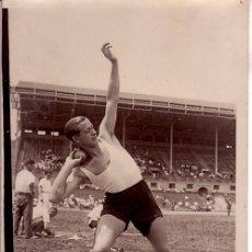 Fotografía antigua: ATLETISMO. ESPAÑA. LANZADOR DE PESO, 1920'S-30'S. 13X8 CM.. Lote 20412249