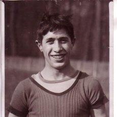 Fotografía antigua: DEPORTE. FRANCE. CROSS COUNTRY, CAMPEONATO DE PARIS. EL GANADOR. PHOTO MEURISSE. 13 X 18 CM.1920'S. Lote 19232344