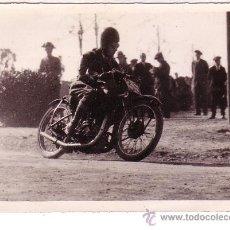 Fotografia antiga: MOTOCICLISMO. CARRERA DE MOTOS, ESPAÑA. AL FONDO UN GUARDIA CIVIL. 13X18 CM.. Lote 10341096