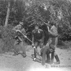 Fotografía antigua: BROMA FOTOGRÁFICA. CUATRO JÓVENES, UNO VESTIDO DE FALANGISTA. SAN SEBASTIAN. 1939. Lote 22868846