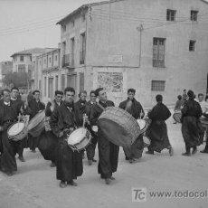 Fotografía antigua: HÍJAR. TERUEL. MOZOS CON SUS TAMBORES. BONITA FOTOGRAFÍA. CIRCA 1950. Lote 20796871