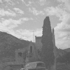 Fotografía antigua: GARRAF. BODEGAS GÜELL. AUTOMÓVIL Y EDIFICIO DE ANTONI GAUDÍ. BCN. CIRCA 1950. Lote 26492087