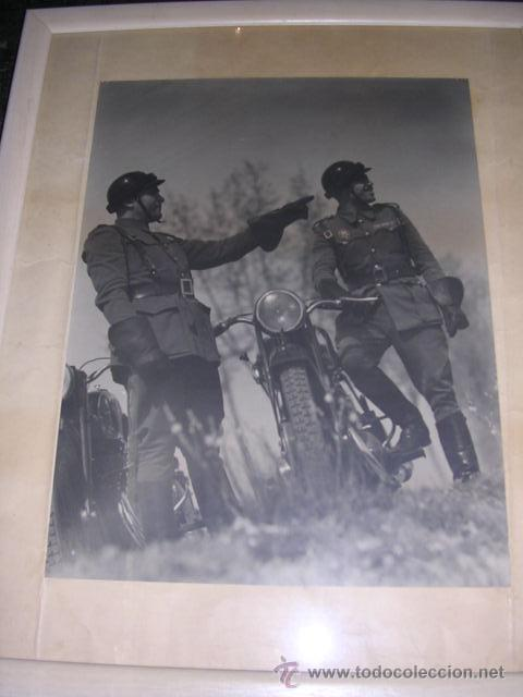 FOTOGRAFIA MILITAR - MILITARES DE POLICIA DE TRAFICO AÑOS 40 - 50 APROX, FOTOGRAFIA ENMARCADA. (Fotografía Antigua - Gelatinobromuro)