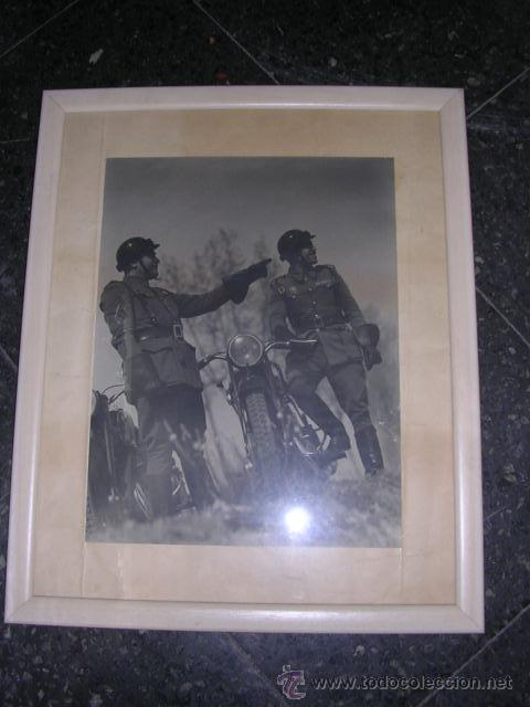 Fotografía antigua: FOTOGRAFIA MILITAR - MILITARES DE POLICIA DE TRAFICO AÑOS 40 - 50 APROX, FOTOGRAFIA ENMARCADA. - Foto 3 - 24356753