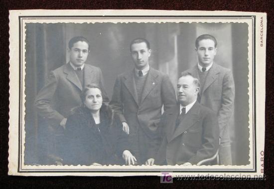 RETRATO DE FAMÍLIA. MATRIMONIO Y TRES HIJOS. CURIOSO RETRATO. FOT. BARÓ . BARCELONA. CIRCA 1920. (Fotografía Antigua - Gelatinobromuro)