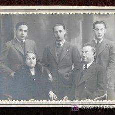 Fotografía antigua: RETRATO DE FAMÍLIA. MATRIMONIO Y TRES HIJOS. CURIOSO RETRATO. FOT. BARÓ . BARCELONA. CIRCA 1920.. Lote 21758167