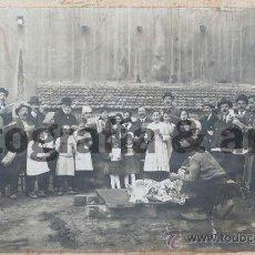 Fotografía antigua: L'ARBOÇ - TARRAGONA. LA MATANÇA DEL PORC, CON ÀNGEL GUIMERÀ, 1915 APROX.. GRAN TAMAÑO 30 X 50CM. Lote 26517983