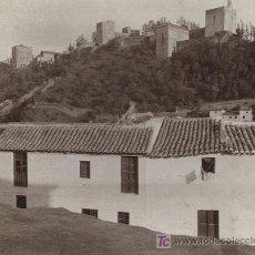 Fotografía antigua: GRANADA. PRECIOSA FOTO DE CASAS Y ALHAMBRA DE FONDO. CIRCA 1905. Lote 18095979