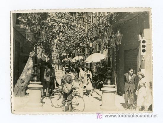 BARCELONA. BARRIO DE GRACIA. PRECIOSA FOTO DE AMBIENTE DE CALLE. CIRCA 1950 (Fotografía Antigua - Gelatinobromuro)