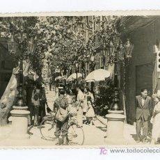 Fotografía antigua: BARCELONA. BARRIO DE GRACIA. PRECIOSA FOTO DE AMBIENTE DE CALLE. CIRCA 1950. Lote 15377025