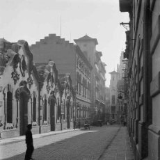 Fotografía antigua: BARCELONA. CALLE TRAFALGAR CON JUNQUERES. TRANSEUNTES, COCHES Y CARROS. CIRCA 1930. Lote 20613851