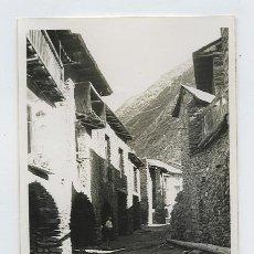 Fotografía antigua: ESCALÓ. PRECIOSA FOTO DE CALLE Y NIÑO. PUEBLO. PIRINEOS DE LÉRIDA. CIRCA 1954. Lote 27508756