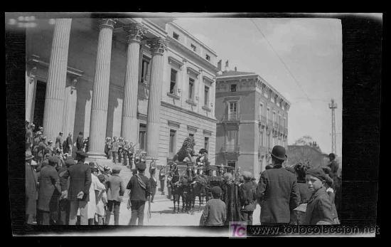 Fotografía antigua: Congreso de los Diputados. Llegada de la carroza Real y mucha expectación. Madrid. Circa 1920 - Foto 3 - 19620574