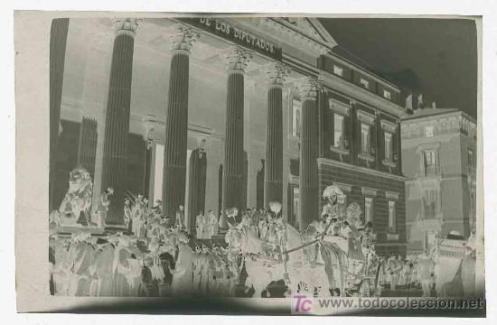 Fotografía antigua: Congreso de los Diputados. Llegada de la carroza Real y mucha expectación. Madrid. Circa 1920 - Foto 2 - 19620574