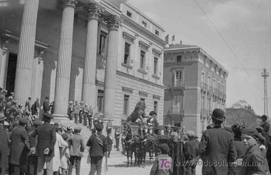 CONGRESO DE LOS DIPUTADOS. LLEGADA DE LA CARROZA REAL Y MUCHA EXPECTACIÓN. MADRID. CIRCA 1920 (Fotografía Antigua - Gelatinobromuro)